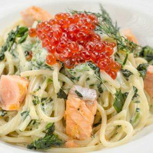 Спагетти с семгой , брокколи и красной икрой